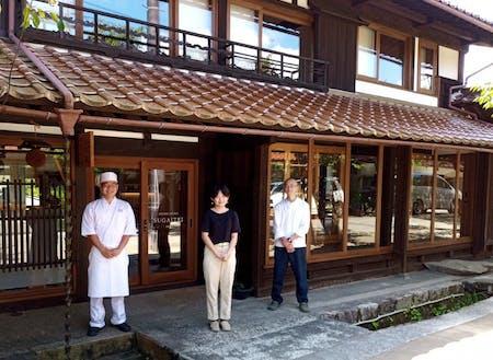 村出身の若手料理人、他スタッフとチームとして動きます。
