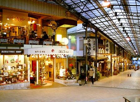 熱海駅前に「アカオ商店」のビルはあります。ビルの地下1階と2階では飲食店(カフェと釜飯屋)を、1階では雑貨店(趣味の店)を運営しています。