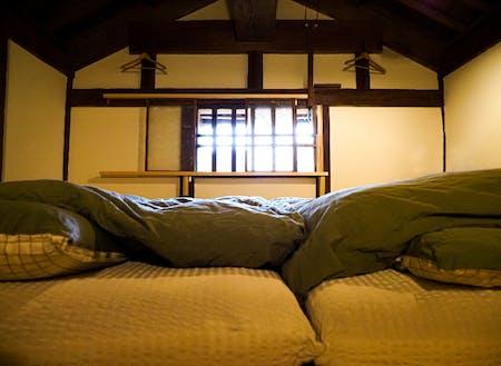 """""""泊まれる蔵""""の二階。寝てる感じはこんなかなぁ~と撮った一枚"""