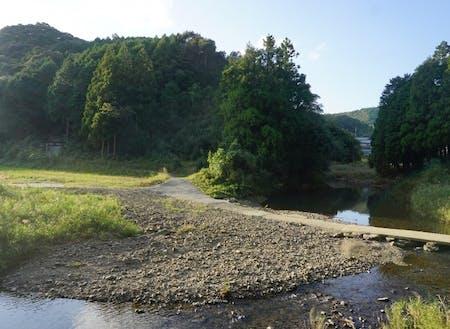 小川が流れる自然豊かな風景がある。