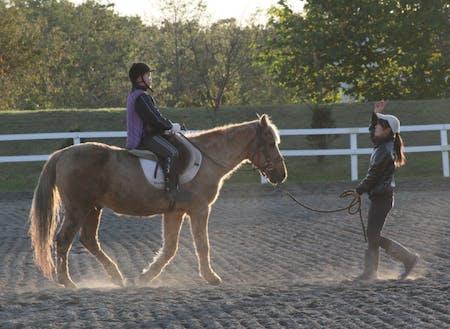 町立の乗馬施設「ライディングヒルズ静内」にて。