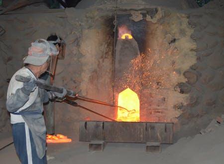 炭材の窯出し作業をする職人たち