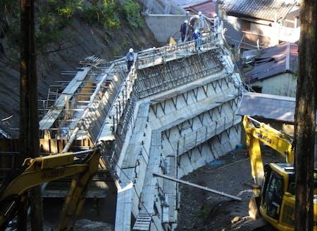 急斜面の補強作業