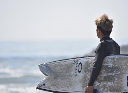 北泉海岸でサーフィン
