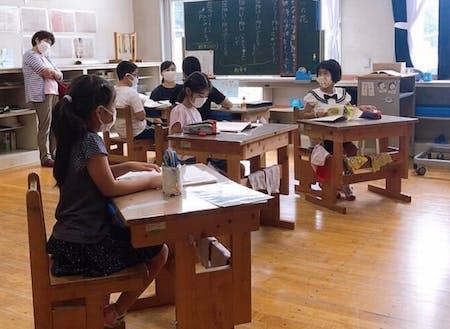 上村小学校での授業の様子。複式学級でみんなで勉強中。