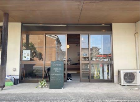 丹後暮らし探求舎は、峰山駅から徒歩5分ほど。駐車も可能です。