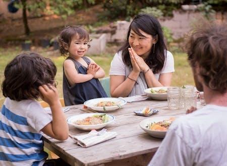 子供の収穫した野菜と、Lolaの作るオーガニックの麺を料理したら、みんなでいただきます。(写真撮影:Shawn Linehan)