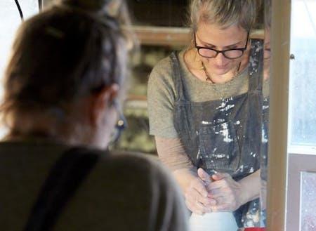 ポートランドには個人の中に多様性を持つ人が多い 。とてもシンプル且つ繊細な作品を作る陶芸家Lilithは、根っからの政治的活動家でもあり、趣味がキノコ狩りとスケートボードだったり。ここには、自分の子供達にも紹介したい「かっこいい人」の見本が沢山いる。(写真撮影:Johnny Fogg)