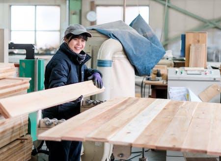 西粟倉・森の学校 (代表的なローカルベンチャー企業。村産材の価値を高めるオリジナル商品を数多く生み出す。一般客向けHAZAI MARKET+DIYも人気)