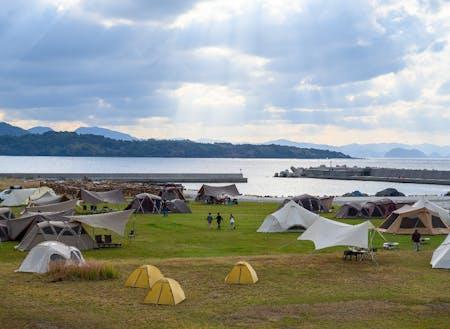 日本海を臨む絶好のロケーションでキャンプフィールド