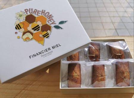 パティシエによるお菓子のパッケージも和紙を切り貼りして制作。