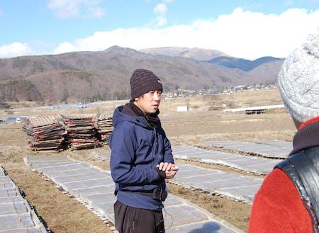 冬の寒天ツアーでガイドを務めるのは寒天の製造を営む(有)イリセンの若き社長 茅野さん