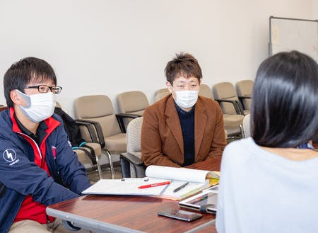 鹿嶋市の協力隊のインタビューをしているところ。左が森山隊員で右が小林です