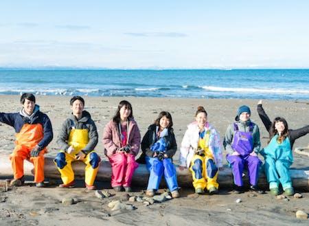 漁業体験の様子。地域内外の人が一緒に体験や交流をしています
