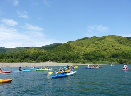 夏にはカヌーやラフティングを楽しむ人が大勢。