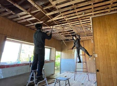 古くなった天井を剥がす。これからどう変身するのでしょうか?