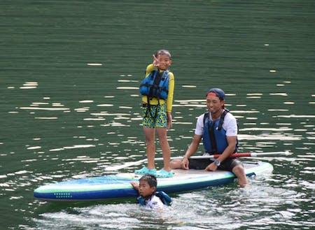 お子さんたちとSUPを楽しむゲストの山崎文久さん