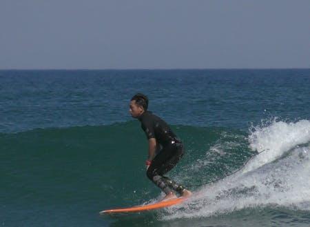 サーフィン中の山崎さん