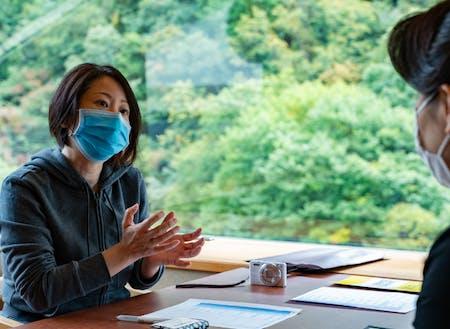 現地滞在でヒアリングを行う都市部の企業人(長野県高山村)