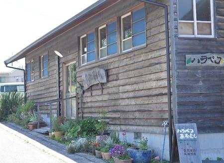 地域の工務店さんに協力いただいて2014年にリニューアルした木造の店舗です。