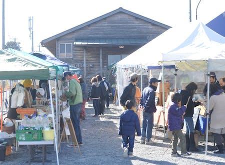 毎週水曜日のお昼には、農家さんや食べもののマルシェ「ハラペコ里の市」を開催しています。