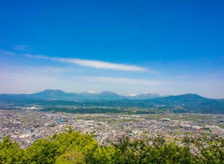 鴨ケ嶽山頂から望む中野市街地と北信五岳