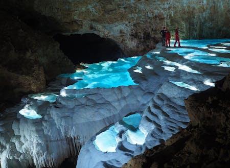地下には絶景の大洞窟が広がる神秘の世界(提供:一般社団法人 沖永良部島ケイビングガイド連盟)