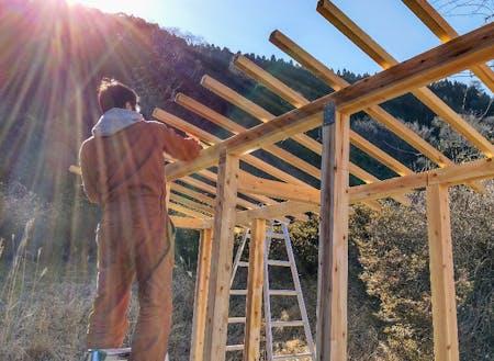 住込みボランティアスタッフと薪小屋を作りました
