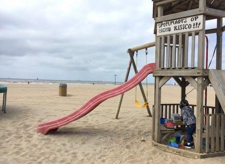ビーチには子供の遊具もあちこちに設置されているので、親がおしゃべりを楽しむ間に子供は思う存分遊びを満喫