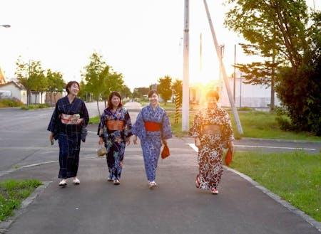 ③木村 杏奈:道内出身の24歳。町内のおばあちゃんに着付けを教えてもらっている。この日は浴衣でおでかけ。(右から2番目)