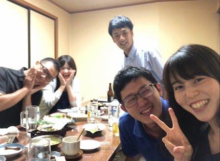 役場同期とはしゃぐ山本さん(右から2番目)