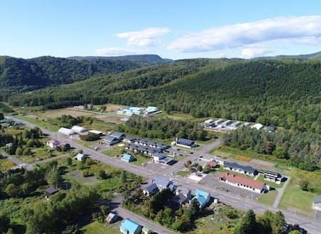 一の橋地区の中心にある森林バイオマスボイラーで、近隣施設に熱供給をおこなっている。