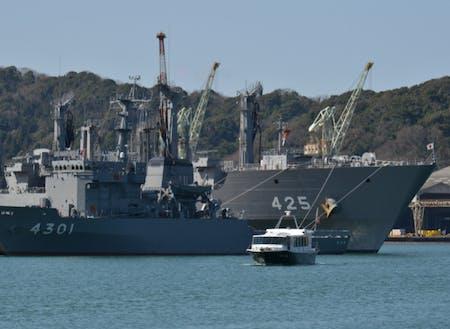 まちなかから見える海上自衛隊の艦船。