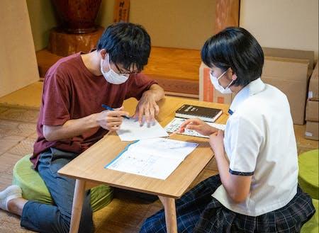 和室もあり、スタッフが生徒と1on1で学びあっています