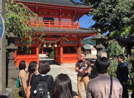 大円寺を訪れる様子