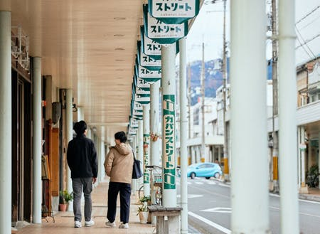 鞄トレセンは、鞄屋や鞄修理・クリーニング店などが並ぶ「カバンストリート」の先にあります