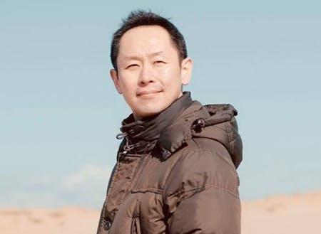 事業プロデューサー。生き方を変えるべき、地方(鳥取)へ移住。「旅と仕事を両立させる」をコンセプトに、年間300泊のホテル暮らし、年間5万キロ(地球1周+1/4)を車で移動するローカルノマド。