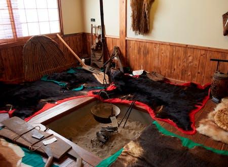 マタギ達が使用した珍しい狩りの道具や生活ぶり、衣装などマタギに関する資料を展示している「マタギ資料館」。