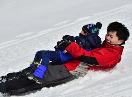 移住体験ツアーアテンドのワンシーン。時には子供たちと一緒に雪遊びすることもあります!