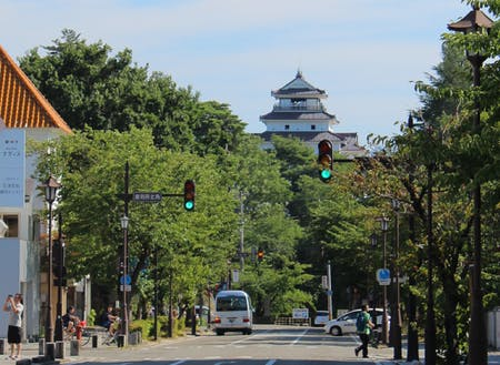 鶴ケ城などの歴史と伝統が息づく城下町