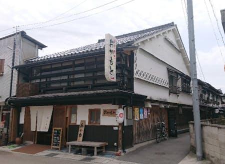 岡本旅館:久世駅前商店街に鎮座しています。