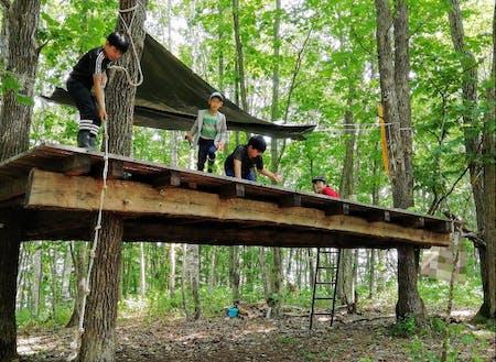 NPO法人森の生活の協力のもと、ウッドデッキを利用した秘密基地づくりを体験しました。