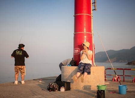 まったく釣り経験のない私でも小さなアジならたくさん釣れます。釣れたらみんなで捌いて食べましょう!集落探検をしつつ地域の方々と交流していただきます。畑作業の体験も!