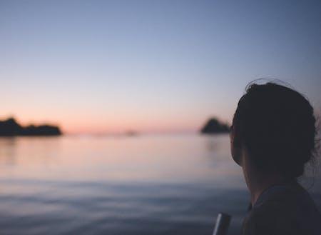 小型船に乗せてもらえるかも!海の上で魚釣りしながら夕日を眺めるのは、漁師さんの特権です。