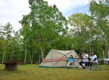 手ぶらキャンプ。アウトドアメーカー「ロゴス」の新製品が借りられるので手ぶらでキャンプができます。テント設営や食材用意、火おこしの心配もありません。
