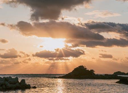 目の前が海なので、波の音が聴こえます。朝、太陽が水平線から昇る様子を臨むとそれだけで1日気持ちよく過ごせますよ!
