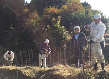 住民の柵設置をサポート