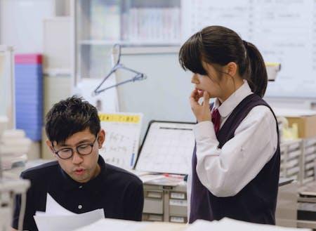 """""""三日市ラボ""""というコワーキングスペースが主な活動拠点です。担当する高校の職員室の中にも席をつくっていただいており、そちらに出勤することもあります。カリキュラムをつくっていくために、先生方との密なコミュニケーションは欠かせません。"""
