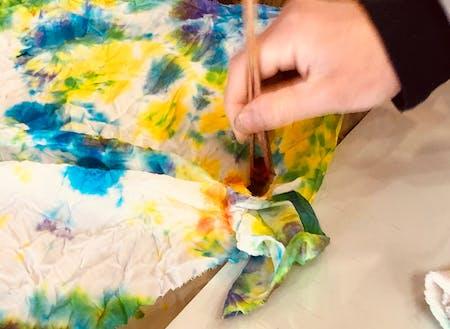 イベントでは伝統工芸の体験もできる。色とりどりに染められる染物体験の様子