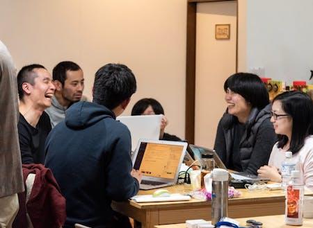 午後の作業時間後のフィードバックタイム。アドバイスがてら受講生と談笑することも。